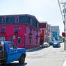 Lunenburg, cette petite ville de Nouvelle Écosse, fondée en 1753, possède un certain charme. Ses maisons aux couleurs vives datant pour certaines du XVIIIe siècle n'empêchent pas cette petite cité d'arborer fièrement sa modernité et son dynamisme, teintés d'esprit contestataire depuis les années 60.