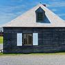 Sur l'île du Cap-Breton dans la province de la Nouvelle-Ecosse, on visite la forteresse de Louisbourg en compagnie de guides et de comédiens costumés. Edifiée par les français en 1713, puis rayée de la carte par les anglais en 1760, elle fut surnommée le «Gibraltar du Nouveau monde».