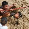 SAUVÉ.Ce jeune homme a eu de la chance. Encore quelques minutes et il aurait été pris au piège dans son abri envahi par une gigantesque coulée de boue. Encore quelques centimètres d'eau fétide et les sauveteurs de la police nationale péruvienne n'auraient rien pu faire. Le phénomène météorologique El Niño a laissé Lima, la capitale du Pérou, au bord du chaos : au moins 75 morts, des milliers de sinistrés et la perspective d'une rupture d'approvisionnement en eau potable. Des milliers de riverains des quartiers industriels de Huachipa et Carapongo se sont réveillés avec de l'eau jusqu'à la ceinture, des torrents de boue dévalant les rues. Certains ont été emportés par le Rímac furieux et en crue, d'autres ont disparu dans l'effondrement d'une passerelle.