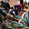 PORTEURS D'EAU. Bidons posés au pied de la citerne, ces personnes viennent chercher de l'eau potable dans une des bornes de la ville de Bhopal, la capitale du Madhya Pradesh en Inde. Selon un rapport rendu par l'Unicef ce mercredi 22 mars, journée mondiale de l'eau, d'ici 20 ans près de 600 millions d'enfants vivront dans des zones avec des ressources en eau potable très limitées alors qu'actuellement, plus de 36 pays font face à des difficultés d'approvisionnement en eau.