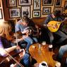 Dès 18 heures, la musique envahit les pubs. Entre mélancolie ancestrale et explosions de joie virales, ni désuète ni diluée, elle est tout simplement, le sang des irlandais.