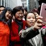 CHOISIE. Au lendemain de sa désignation comme nouvelle chef du gouvernement de Hong Kong par un comité électoral pour l'essentiel acquis à la Chine, Carrie Lam, la favorite de Pékin, a pris la pose pour une séance de selfies dans les rues de la métropole ce lundi 27 mars. Ce scrutin a été qualifié d'imposture dans le camp démocrate inquiet d'un recul des libertés de l'ex-colonie britannique.