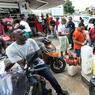 CRISE SOCIALE. La Guyane entame ce lundi 27 mars son premier jour de grève générale, dans un climat «tendu», de l'aveu même de la ministre des Outre-mer Ericka Bareigts. Chacun s'est organisé depuis quelques jours en prévision du blocage général, en s'approvisionnant en nourriture et carburant, provoquant de longues files d'attente dans les magasins et aux stations-service, comme ici en image à Cayenne.