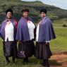 Dans la région de Giant's Castle : trois femmes sur le chemin de l'église.