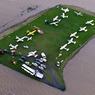 PEAU DE CHAGRIN. Entouré par les flots, voici tout ce qui reste de l'aérodrome de la ville de Lismore, dans la région australienne de la Nouvelle-Galles du Sud. Deux personnes ont péri sous les pluies torrentielles causées par le cyclone Debbie, qui a balayé le nord-est de l'Australie, une région côtière où les inondations ont provoqué l'évacuation de dizaines de milliers de personnes. Debbie, de catégorie 4 sur une échelle qui en compte 5, accompagné de vents destructeurs et de trombes d'eau, a provoqué des dégâts majeurs. Des centaines d'arbres ont été arrachés et des bateaux ont été projetés à l'intérieur des terres.