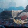 MÈRE À L'enfant. Elle n'a pas voulu laisser seule sa petite fille malade. Depuis plusieurs jours, cette maman passe tout son temps dans le pavillon pédiatrique de cet hôpital mobile installé par Médecins sans frontières, dans le camp de la mission des Nations unies à Bentiu, dans le comté de Rubkona, au Soudan du Sud. Ce pays en crise, considéré comme la plus jeune nation du monde, indépendant depuis 2011, a déclaré en février dernier l'état de famine dans plusieurs régions. Au moins 100000 personnes seraient touchées par la malnutrition. Au total, plus de 60000 Soudanais du Sud, menacés par la guerre, la faim et une crise politique sévère ont fui leur terre en direction du Soudan voisin au cours des trois premiers mois de 2017, selon l'ONU.