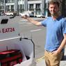 ROBOT LIVREUR. Ce mercredi 12 avril, la startup Marble a permis à la ville de San Francisco de devenir la première à pouvoir goûter des repas livrés par robot. Marble s'est associé avec l'application de commande de repas Yelp Eat24 pour mettre ses robots au travail et leur faire livrer au niveau local des plats de restaurants. Ici en image, Matthew Delaney, le patron et cofondateur de Marble.