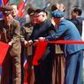 RUBAN ROUGE. Le dirigeant nord-coréen Kim Jong-Un a inauguré en grande pompe ce jeudi13 avril à Pyongyang, un imposant complexe résidentiel, dans un effort pour polir l'image de son pays en pleine crise internationale sur ses programmes nucléaires. Le complexe de Ryomyong Street, qui abrite 5.000 logements, rassemble plusieurs immeubles et tours de différentes formes.