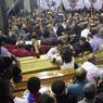 ATTENTATS ANTI-CHRÉTIENS. Au lendemain des attaques contre deux églises coptes qui ont fait au moins 45 morts en Egypte, des funérailles ont eu lieu ce lundi 10 avril dans une église pleine à craquer, où les corps des victimes, placés dans des cercueils en bois recouverts d'une croix dorée, ont été apportés. Le groupe Etat islamique a revendiqué ces attentats commis, selon les djihadistes, par des kamikazes égyptiens. Le président égyptien Abdel Fattah Al-Sissi a déclaré l'état d'urgence pour trois mois.