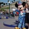 JOUR POUR JOUR. C'est sous un soleil radieux que les festivités du 25ème anniversaire de Disneyland Paris ont débuté ce mercredi 12 avril. Depuis son ouverture le 12 avril 1992 au cœur de la Seine-et-Marne, le parc d'attractions s'est imposé comme la première destination touristique européenne, avec plus de 320 millions de visiteurs. Ici en image, Catherine Powell la Présidente du groupe Euro Disney, prend la pose pour l'occasion.
