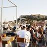 Se retrouver dans un bar en terrasse à discuter, échanger, s'entourer... c'est une philosophie pour les Athéniens, une question de priorité.