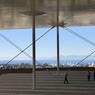 Sous la canopée de la fondation Stavros Niarchos la vue à 360 degrés est époustouflante : depuis la mer qui scintille jusqu'au cirque de montagne qui entoure la métropole, en passant par l'Acropole et le Lycabette émergeant comme des îles au-dessus de la ville.