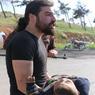 CHAOS. Une opération d'évacuation d'habitants de localités assiégées en Syrie a tourné au carnage avec la mort de 126 personnes, dont 68 enfants, dans un attentat suicide ce samedi 15 avril, l'une des attaques les plus meurtrières en six ans de guerre. Le photographe Abd Alkader Habak qui était sur le site (ici en image) a pris dans ses bras un enfant blessé et a couru vers une ambulance. Il s'est ensuite effondré, en pleurs. Près de lui, un autre photographe a saisi cet instant.