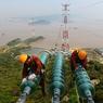 TRAVAUX EN HAUTEUR. Ce lundi 17 avril à Zhoushan située dans la baie de Hangzhou, dans le nord-est de la province du Zhejiang, en Chine, des ouvriers vérifient la bonne qualité de l'installation des lignes électriques à haute tension. Installés à plusieurs mètres de hauteur, ces travailleurs ne peuvent pas se permettre d'avoir le vertige.