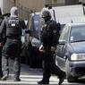 DÉJOUÉ. A cinq jours de l'élection présidentielle, deux hommes soupçonnés de vouloir perpétrer un attentat «dans les tout prochains jours», ont été arrêtés par la DGSI à Marseille ce mardi 18 avril. Des armes à feu et du matériel entrant dans la composition d'explosifs ont été retrouvés lors de perquisitions effectuées dans l'appartement qu'ils avaient loué. Plus de 50.000 policiers et gendarmes seront mobilisés pour assurer la sécurité de l'élection, notamment dans les 67.000 lieux de vote, a rappelé le ministre de l'Intérieur Matthias Fekl.