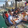 HAUTE CUISINE. Gare au vertige. Pour les amateurs de sensations fortes et de lieux insolites, Dubaï, la première ville des Emirats arabes unis, propose actuellement de découvrir le restaurant Dinner in the Sky, une salle à manger-cuisine ouverte au vent et suspendue à plus de 50 mètres au-dessus de la marina. A cette table pas comme les autres, 22 convives, sanglés sur leur siège comme dans un avion, peuvent déguster un menu gastronomique. Pour le dîner, comptez néanmoins quelque 200 euros. Mais, attention, comme cette attraction d'origine belge, qui a déjà diverti Rome, Athènes ou Cape Town, en Afrique du Sud, attire de nombreux curieux, le plaisir est de courte durée : 55 minutes dans les airs. Pas plus, pas moins.