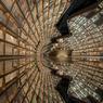 ENTRE LES PAGES.Saisissant cliché de l'une des plus extravagantes librairies au monde, conçue pour donner l'illusion d'un univers de connaissances en réduction « capable d'inonder l'esprit des lecteurs ». Murs d'étagères concaves, sols et plafonds en miroir, spots lumineux disposés à la façon d'un ciel étoilé, les salles figurent tantôt une rivière, tantôt une forêt, tantôt un tunnel sans fin, comme ici, avec ce vortex optique créé grâce à un plancher réfléchissant. Située à Hangzhou, à l'est de la Chine, cette librairie de la société Zhongshuge aspire au titre de « plus belle du monde ». En attendant, elle est déjà devenue l'une des principales attractions touristiques de cette cité ultramoderne, peuplée de quelque 9 millions d'habitants.