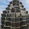 TOUS AUX BALCONS. Un peu perdus dans un enchevêtrement géométrique de verre et d'acier, ces touristes profitent de l'incroyable vue sur la ville chinoise de Shanghaï depuis les plus hauts étages de la tour Jinmao. Un gratte-ciel de 88 étages haut de 421 mètres, dont le nom signifie littéralement « l'immeuble de la prospérité d'or ». Situé dans le quartier de Pudong, au cœur de Lujiazui, le poumon économique de la ville, le building a été dessiné par le cabinet d'architecte américain Skidmore, Owings and Merrill. Conçue pour résister aux cyclones et aux tremblements de terre, cette tour fait partie des trois bâtiments emblématiques de Shanghaï avec le Centre financier mondial de Shanghaï (492 mètres), achevé en 2008, et la tour Shanghaï (632 mètres).