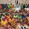 REFUS. Une des 200 lycéennes nigérianes de Chibok enlevées par Boko Haram a refusé d'être libérée dans un échange de prisonniers avec le groupe djihadiste nigérian, déclarant qu'»elle était bien» et «mariée», a annoncé ce mardi 9 mai le porte-parole de la présidence, Garba Shehu. Ce dernier avait annoncé il y a plusieurs semaines que des pourparlers avec le groupe djihadiste étaient en cours sur la libération de 83 jeunes filles. Finalement, seules 82 ont été libérées.