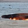 FLAMMES ÉTERNELLES.En 1971, quand des scientifiques russes découvrent ce gisement de gaz naturel à Derweze, dans la province d'Ahal au Turkménistan, au beau milieu du désert du Karakoum, ils croient à leur fortune et à celle de l'Etat soviétique. Mais au moment de commencer les opérations de forage, le sol s'affaisse et fait place à un large cratère, après avoir englouti la tête de puits et la quasi-totalité du matériel. Pour éviter la dispersion des gaz toxiques aux alentours, les scientifiques décident alors d'enflammer ce qui reste de l'exploitation. A l'époque, ils pensaient qu'en quelques semaines, tout serait réglé. Mais, quarante-six ans plus tard, la combustion se poursuit toujours… Le site, baptisé la « Porte de l'enfer », est devenu une attraction pour touristes.