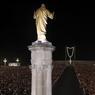Des milliers de fidèles portent des bougies pour la veillée, vendredi soir.