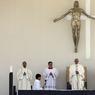 Le pape François mène la messe samedi pour canoniser les deux bergers.