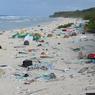 RECORD DE POLLUTION. L'île Henderson, l'une des îles les plus isolées du monde, située dans le sud Pacifique, a la plus forte densité de débris plastiques de la planète, révèle une étude qui montre l'étendue de la pollution des océans par ces déchets menaçant les écosystèmes marins. Située à plus de 5.000 kilomètres du premier grand centre urbain, ses plages sont jonchées de près de 38 millions de morceaux de plastique, ont estimé les chercheurs dont les travaux sont parus dans les comptes-rendus de l'académie américaine des sciences (PNAS), selon l'AFP.