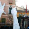 À DEUX MAINS.Pour sensibiliser les visiteurs de Venise au changement climatique et attirer leur attention sur les risques que la montée des eaux fait courir à la ville, l'artiste italien Lorenzo Quinn, fils du célèbre acteur américain Anthony Quinn, a décidé d'en venir aux mains. En présentant cette œuvre nommée Support à la Biennale de Venise 2017, le sculpteur espère faire comprendre que, demain, si rien n'est fait au niveau planétaire, la Sérénissime pourrait bien disparaître, effondrée dans les eaux de cette lagune qui la protège et la menace à la fois. Selon la galerie d'art contemporain Halcyon Gallery qui le représente, «ces mains qui semblent maintenir l'hôtel Ca'Sagredo hors de l'eau symbolisent la force créatrice et l'attitude destructrice de l'être humain».