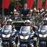 DÉFILÉ. Emmanuel Macron, officiellement investi dimanche président de la République, a remonté l'avenue des Champs-Elysées à bord d'un véhicule militaire, véhicule traditionnellement utilisé par le président de la République pour passer les troupes en revue lors du défilé du 14 juillet. Il a notamment salué les spectateurs présents en rangs clairsemés.