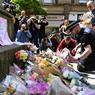 De nombreux anonymes ont rendu, mardi, hommage aux victimes de l'attentat, déposant fleurs, messages, peluches ou bougies pour exprimer leur soutien devant des lieux symboliques (ici, la place Sainte-Anne, à Manchester). Des rassemblements sont organisés mardi soir dans de nombreuses capitales du monde entier.