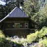 Deux grands chalets se trouvent dans l'enceinte du jardin : le plus petit abrite l'accueil et les bureaux...