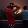 LE PORTUGAL PLEURE. Plus de 1000 pompiers étaient toujours à pied d'oeuvre ce lundi 19 juin, au centre du Portugal, pour maîtriser un gigantesque incendie de forêt qui a coûté la vie à au moins 62 personnes. Le feu, qui s'était déclaré deux jours plus tôt à Pedrogao Grande, continuait de faire rage, se propageant aux régions voisines. Ici, en image, des habitants du village de Mega Fundeira regardent, impuissants, les flammes se propager.