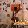 RECUEILLEMENT. Une femme écrit sur un mur mémoriel son hommage aux victimes mortes dans l'incendie de la Grenfell Tower, une tour de 24 étages dans le quartier de Kensington, dans l'ouest de Londres. Selon la police, plus de 79 personnes sont mortes ou disparues dans les flammes.