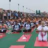 YOG' ATTITUDE. Le 21 Juin, c'est la Journée internationale du yoga ! Depuis le plaidoyer du premier ministre indien Narenda Modi sur les bienfaits de cette pratique sportive, l'ONU veut sensibiliser le plus de personnes à cette cause. Pour ce faire, de nombreuses manifestations sont organisées à travers le monde : table ronde avec des grands maîtres du yoga sur les questions de santé au Siège des Nations Unies ou encore un rassemblement de milliers de « yogis » allongés sur leurs serviettes à Times Square. Le Yoga, un retour à l'équilibre aussi bien physique que psychologique.
