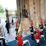 DISCOURS DU TRONE. Des membres de la Household Cavalry, qui portent des Jackboot et des cuirasses traditionnelles, arrivent devant le Palais de Westminster à Londres, ce mercredi 21 juin, pour assister au discours du trône, prononcé par la Reine Elisabeth II. Ce discours marque l'ouverture de la nouvelle session parlementaire en présentant les grandes lignes du programme du gouvernement.