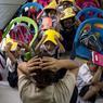 TOUS AUX ABRIS. Les écoliers de l'école primaire Corazon Aquino, située à Manille aux Philippines, participent à un exercice de simulation afin de préparer la population à faire face à un séisme majeur. Le gouvernement philippin a mis en place un vaste programme pour parer le pays aux conséquences du « Big One », un séisme de magnitude 7,2 qui pourrait toucher le centre de la Capitale.