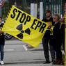ANTINUCLÉAIRE. «EPR: le grand bluff», «Stop EPR», pouvait-on lire sur les banderoles brandies par les vingt-quatre militants de Greenpeace ayant manifesté ce mercredi 28 juin devant le chantier de l'EPR de Flamanville, mis en œuvre par EDF, pour demander à Nicolas Hulot de ne pas autoriser le redémarrage du réacteur nucléaire où des anomalies ont été détectées.
