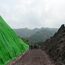 DÉCOUVERTE. Un grand site de fossiles de dinosaures a été découvert dans la ville de Chongqing, dans le sud-ouest de la Chine, par des paléontologues locaux. Le gouvernement de la ville a déclaré mercredi 28 juin dans une conférence de presse que, depuis octobre dernier, date ou le site avait été découvert par un paysan du coin, plus de 5.000 fossiles ont été excavés d'un «mur (de fossiles)» long de 150 m et haut de 8m dans le bourg de Pu'an, district de Yunyang