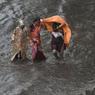 PLUIES TORRENTIELLES. Des habitants de Mumbai, en Inde, traversent une rue inondée après de fortes pluies marquant le début de la mousson, le mercredi 28 juin