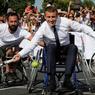 TENNIS-FAUTEUIL. Venu soutenir la candidature de Paris aux Jeux olympiques 2024, le samedi 24 juin, le président de la République a échangé quelques balles dans un fauteuil roulant, guidé par Michaël Jeremiasz, numéro un mondial en 2005 et porte-drapeau des Jeux paralympiques de Rio en 2016. La photo a été prise sur un court de tennis installé sur le pont Alexandre III par le comité de candidature de Paris alors que la capitale s'est transformée, l'espace d'un week-end, en un parc olympique géant.