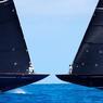 PEU OU PROUE.L'illusion d'optique est parfaite et laisse penser que ces deux magnifiques voiliers Classe J qui régatent aux Bermudes, dans le cadre de la finale de la Coupe de l'America, vont s'éperonner mutuellement dans quelques secondes. Mais les manœuvres de ces Formules 1 des mers sont d'une précision d'horloger. Au cours de la 9e et dernière régate, c'est le bateau néo-zélandais Emirates Team New Zealand qui a remporté la 35e édition de cette compétition mythique, créée en 1851, face au tenant du titre américain Oracle Team USA. Un triomphe personnel pour le barreur néo-zélandais Peter Burling devenu, à 26 ans, le plus jeune skipper de l'histoire à remporter l'aiguière d'argent, le plus ancien trophée sportif de l'histoire.
