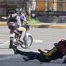 RÉPRESSION. Un membre de la garde Nationale arrête un manifestant qui s'élevait contre le gouvernement du Président vénézuélien Nicolas Maduro à Caracas, le lundi 26 juin. Des milliers de personnes manifestent depuis trois mois contre le Président alors que le pays s'enfonce dans une crise sans précédent. Le Gouvernement assure que les opposants seront «sévèrement» jugés pour avoir ourdi un coup d'Etat. On compte déjà plus de 75 morts depuis le début des protestations.