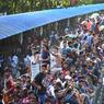 MARÉE HUMAINE. Des milliers de gens tentent de pénétrer un train surchargé où s'entassent hommes, femmes et enfants à la gare de l'aéroport de Dhaka, Bangladesh. Certains montent même sur le toit des wagons où tentent de passer par les fenêtres.En tout, près de 10000 personnes attendaient à la gare, dans les trains ou sur les rails, afin de rentrer chez eux célébrer l'Aïd el-Fitr, la fête musulmane marquant la rupture du jeûne du mois de ramadan, le dimanche 25 juin.