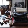 La machine à écrire de Jean de la Varende, exposée au milieu d'une collection de pipes , de maquettes et de dessins appartenant à l'auteur.