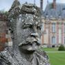 Ce buste en pierre de Guy de Maupassant trône devant le château de Miromesnil, près de Dieppe, où l'écrivain naquit en 1850.