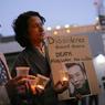 PRISONNIER. Ce mercredi 12 juillet, à Sydney, des membres de la communauté tibétaine australienne tiennent dans leurs mains des bougies et affiches, en solidarité avec le dissident chinois Liu Xiaobo, prix Nobel de la paix, malade d'un cancer en phase terminale, Pékin refusant jusqu'au bout son départ pour l'étranger pour y être soigné. Ce défenseur de la démocratie de 61 ans a été placé en liberté conditionnelle et hospitalisé après plus de huit années de détention pour «subversion».