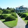 La maison de villégiature que Elsie Reford (1872-1967), riche Montréalaise anglophone, construisit, en 1926, à la place d'un simple abri utilisé pour la pêche au saumon.