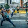 FRONDEURS.Equipés d'une fronde artisanale, ces jeunes Vénézuéliens hostiles au régime du président Nicolás Maduro lancent des cocktails Molotov sur les forces de l'ordre. Depuis quatre mois, des manifestations quasi quotidiennes sont organisées par l'opposition contre l'héritier de Chávez dont elle réclame le départ. Au cours de ces affrontements, au moins 103 personnes ont été tuées, des milliers d'autres blessées et des centaines arrêtées arbitrairement. Alors que le pays entame une semaine décisive, avant l'élection prévue le 30 juillet de l'Assemblée constituante voulue par le président Maduro, l'exécutif perd ses nerfs et dénonce l'existence d'un complot de la CIA soutenu par les gouvernements mexicain et colombien.