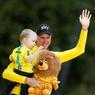 SUR LE PODIUM. Avec son fils Kellan dans les bras, Christopher Froome célèbre sa victoire après avoir remporté pour la quatrième fois le Tour de France, ce dimanche 23 juillet, à Paris. Le Britannique, qui n'est plus qu'à une victoire du record, a devancé au classement final le Colombien Rigoberto Uran et le Français Romain Bardet. La 21e étape sur les Champs-Élysées a été gagnée par le Néerlandais Dylan Groenewegen.