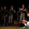 TENSION. Depuis ce samedi 22 juillet, à la porte des Lions de Jérusalem, de nombreux Palestiniens, qui craignent une prise de contrôle de l'esplanade des Mosquées par Israël, se sont agenouillés en silence sur une centaine de mètres pour protester contre l'installation des détecteurs de métaux à l'entrée du site. Ce nouvel évènement ravive une fois de plus les tensions entre les deux communautés.